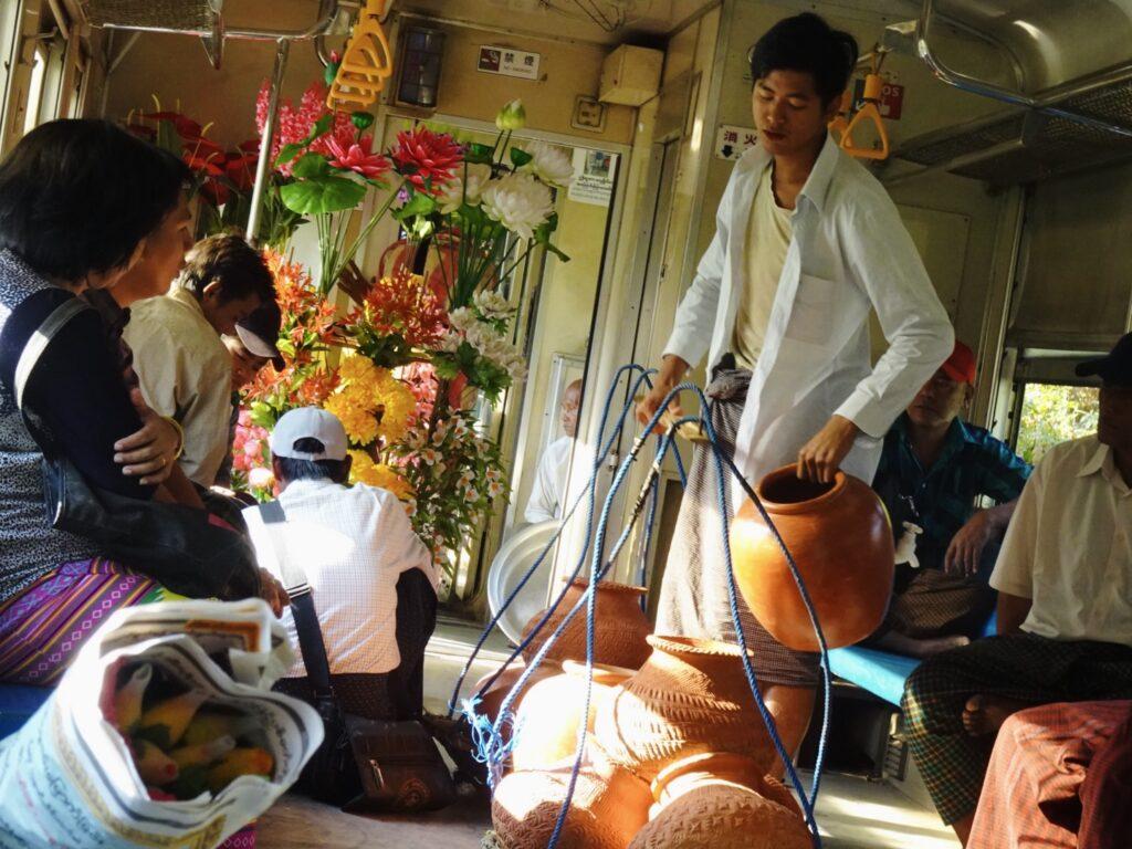 ヤンゴン 環状線 車内