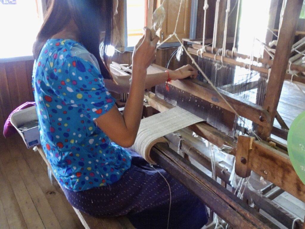 インレー湖 織物